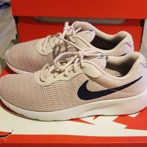 Girl's Nike Tanjun Size 7Y(GS)
